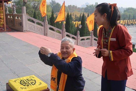 Hongdong County, China: Guide giving guidance to pray