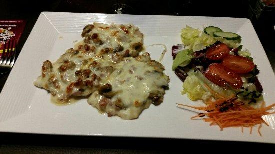 Thuin, Belgique : escalope du chef (lardon champignons, flambée) + pâtes. Très bon et très copieux