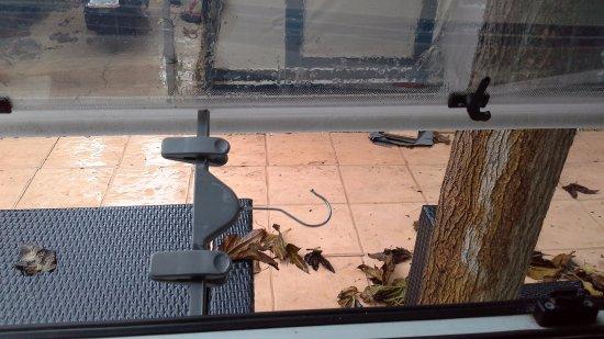 Camping Villamar: Window stays broken had to use hanger