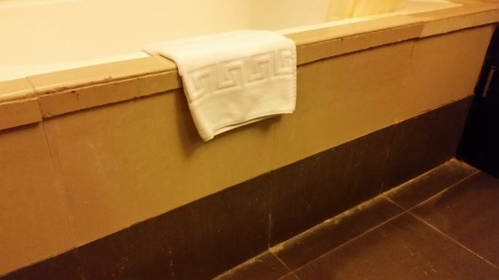 Widus Hotel and Casino: Bathroom is very old, and the tiles at the tub are chipped and uneven.
