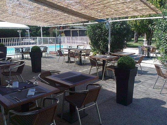 L'Hostellerie des Pins : Restaurant d'été. On surveille les enfants en prenant l'apéritif !
