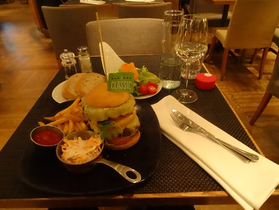 Scandic Marski : Classic (double) burger and salad