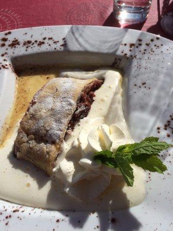 Bürchen, Svizzera: Zwetschgenstrudel mit Vanillecrème