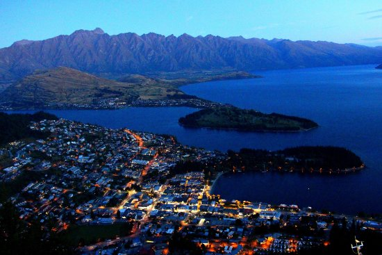 Skyline Queenstown: Queentown bei Nacht vom Bob`s Peak aus....