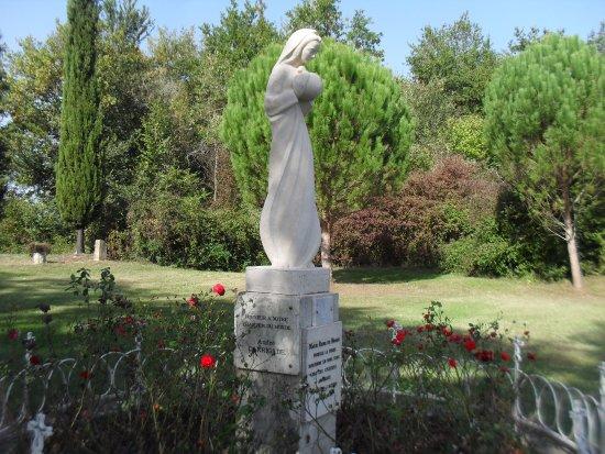 Labastide-d'Armagnac, France: Sainte Marie met gedenkplaat A. Darrigade