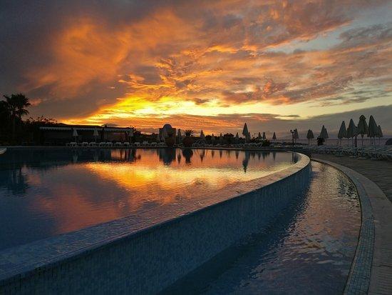 Panorama Hotel - Chania: Auringonlasku pääaltaalla lokakuussa