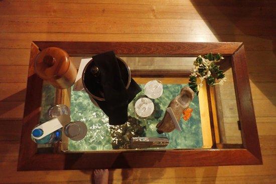 table de salon transparente avec champagne nuit de noces picture of intercontinental bora. Black Bedroom Furniture Sets. Home Design Ideas