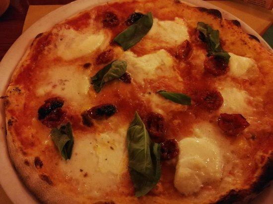 Casale Corte Cerro, Italy: Pizza con Bufala, pomodorini e basilico.