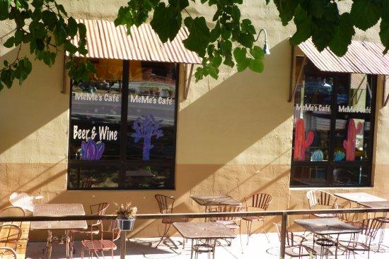 MeMe's Cafe : Das ist die Straßenseite und dann kann man noch im Garten oder drin sitzen.
