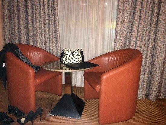 Michelangelo Hotel: tavolo e poltrone camera