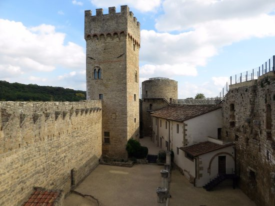 Staggia, Italia: cortile interno e torre longobarda visti dai camminamenti