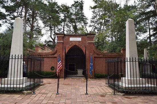 George Washington's Mount Vernon: the tomb of George and Martha