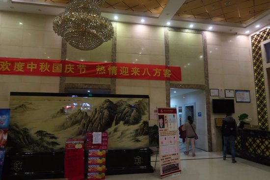 Ji County, Cina: Hotel lobby selling apples