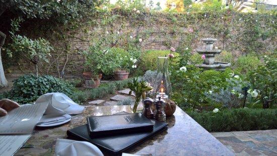 Ojai, Kalifornien: garden-side table
