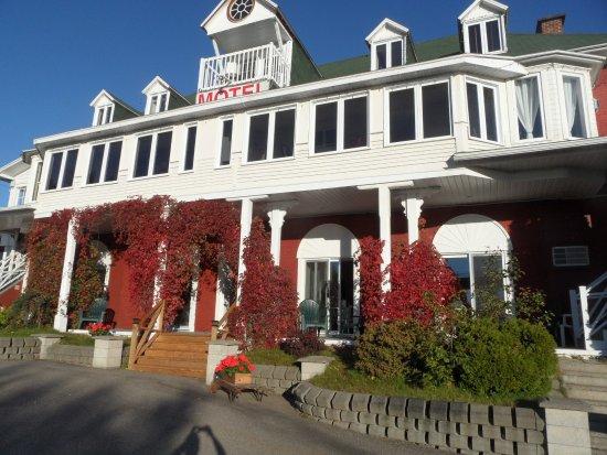 Saint-Simeon, Canada: Vue de l'hôtel de l'extérieur