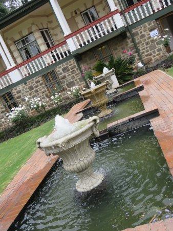 Modderfontein, Sør-Afrika: Fountain in from of the Franz Hoenig Hauz
