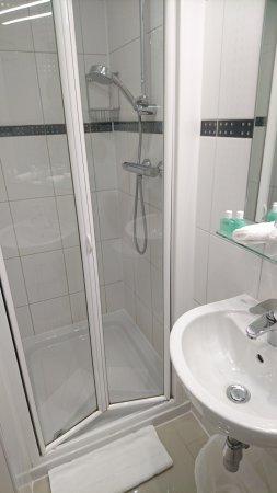 London House Hotel: Standard shower
