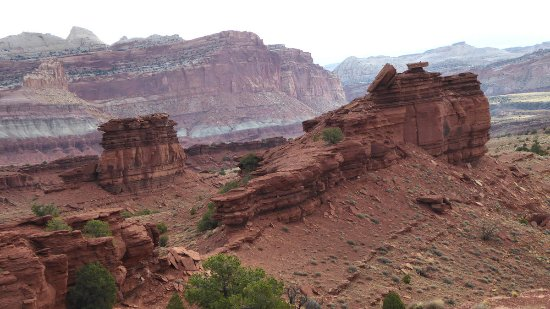 Sunset Point Trail: Red rocks in front of red rocks