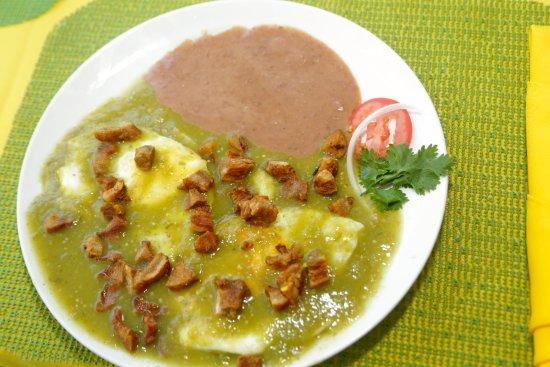 Ciudad Victoria, México: Delicioso chicharrón crujiente sobre un huevo estrellado en salsa verde, de chile fresco y torti