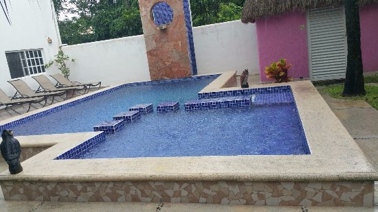 Villa Escondida Bed and Breakfast: Pool area - took this during a rain shower.