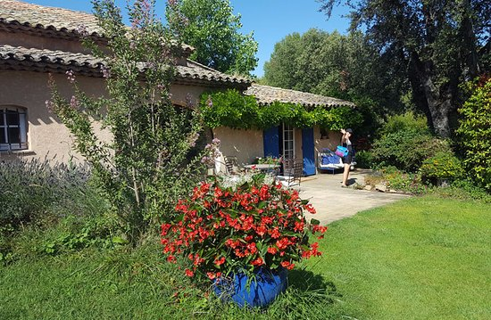 Saint-Marc-Jaumegarde, France: Beautiful lawn and gardens at La Ferme