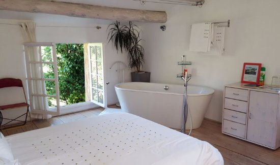 Saint-Marc-Jaumegarde, France: Newly decorated, our room featured pristine white linens and an in suite tub.