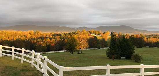 Landrum, Νότια Καρολίνα: Morning in the fall in the Blue Ridge Mountains couldn't be more beautiful.