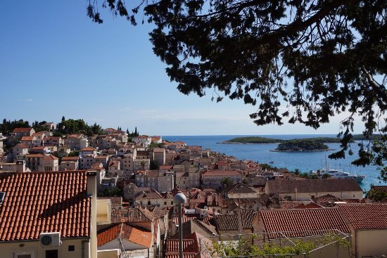 Fortaleza de Hvar: On the way up to the Fortress, view over top of Hvar roofs