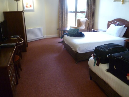 Oranmore Lodge Hotel : Tons of room in the room