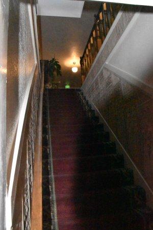 Bishop Victorian Hotel: Stairs are STEEP!