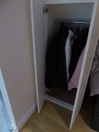 Lyric Hotel Paris: our wardrobe in the executive room