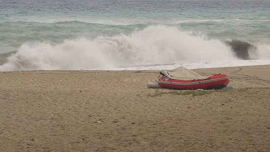 Παραλία Χορευτού: Με κύμα