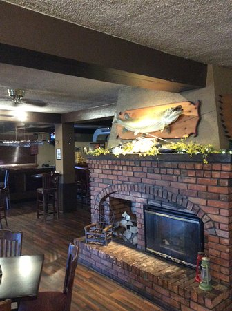 Muskie Jake's Tap & Grill : Bar area with fireplace