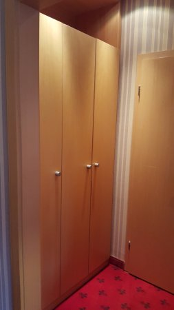 อิลเซนเบิร์ก, เยอรมนี: Kleiderschrank, rechts Tür zum Bad, links vom Schrank Tür zur separaten Toilette
