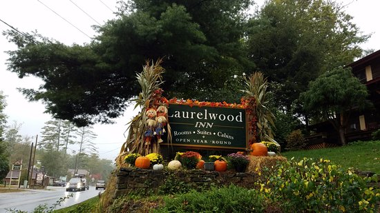 Laurelwood Inn: Road sign of the hotel
