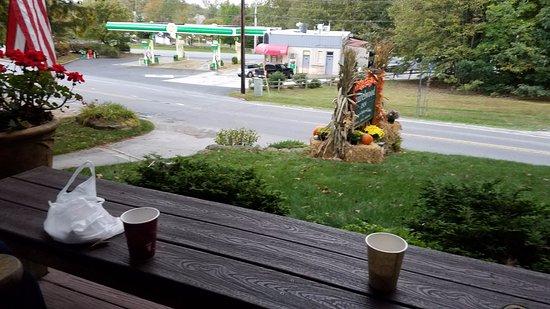 Laurelwood Inn: Inn Porch overlooking state road NC-107