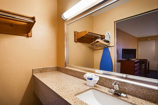 Quality Inn: Vanity area in guest room
