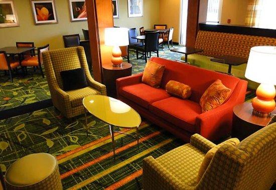Fairfield Inn & Suites San Antonio Boerne: Lobby Sitting Area