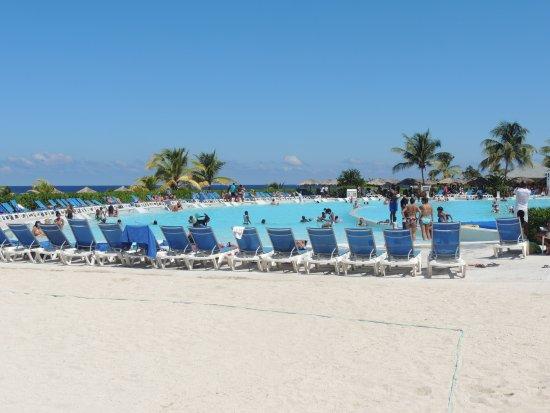 Grand Palladium Jamaica Resort & Spa: Reposeras en piscina