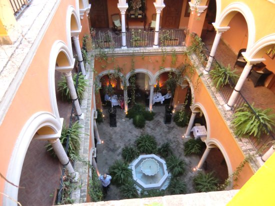 Boutique Hotel Casa del Poeta: Le patio vu du 2e étage. Le petit-déjeuner est servi au rez-de-chaussée.