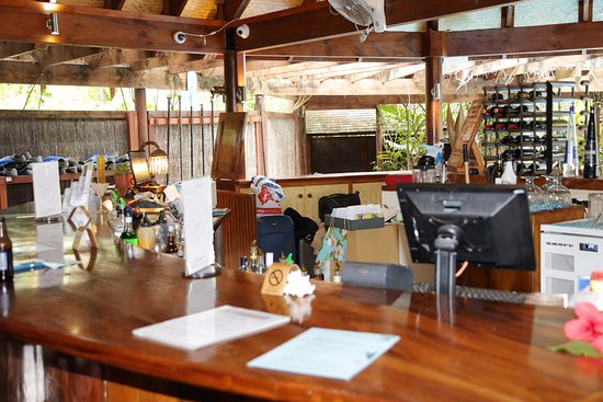 Sanctuary Rarotonga-on the beach: Reception, the bar and also bag storage