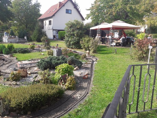 Lunzenau, Alemanha: Blick auf Freisitz mit Modellbahnanlage