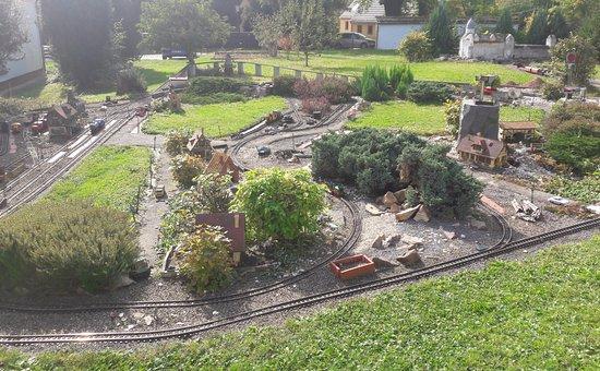 Lunzenau, Alemanha: Modellbahnanlage im Garten