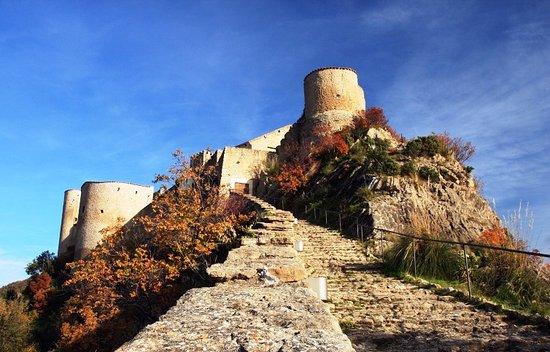 Province of Chieti, Italie : Roccascalegna: Un Castello da favola