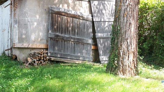 Les Acacias Bellevue: vue sur un garage délabré au lieu de vue sur Lac!!!