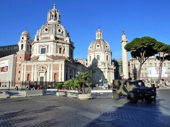 Santa Maria di Loreto: Rome: Eglise Ste-Marie de Lorette et colonne Trajane.