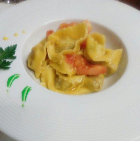 Nogarole Rocca, Italia: Ravioli al brasato, risotto alla zucca,  filetto di manzo alla brace, anatra al melograno,  semi
