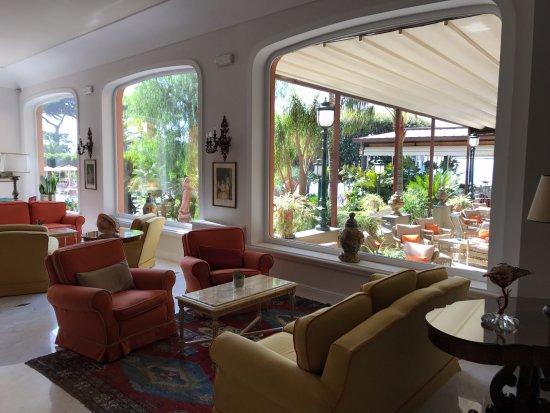 جراند هوتل أمبشاياتوري: Picture taken from inside hotel lobby looking out toward the gardens and pool area.