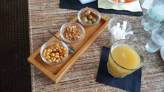 Bar degli Amici: aperitivo di olive, bevanda (succo all'ananas) mais