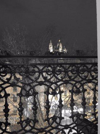 Hotel Timhotel Opera Grands Magasins: Vista linda da Basílica de Sacré Cœur à noite.